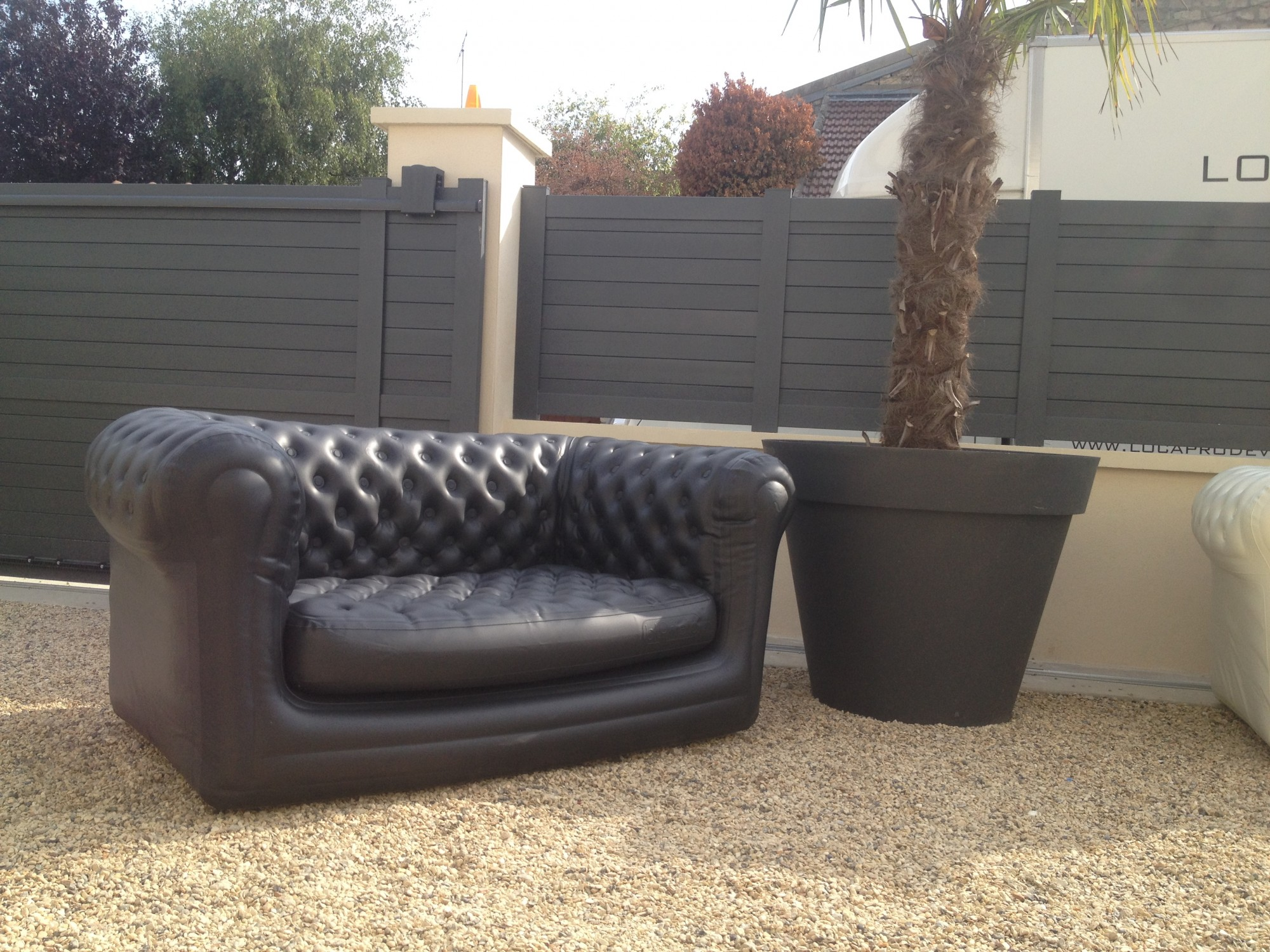 Location de canap chesterfield gonflable noir location for Location mobilier exterieur