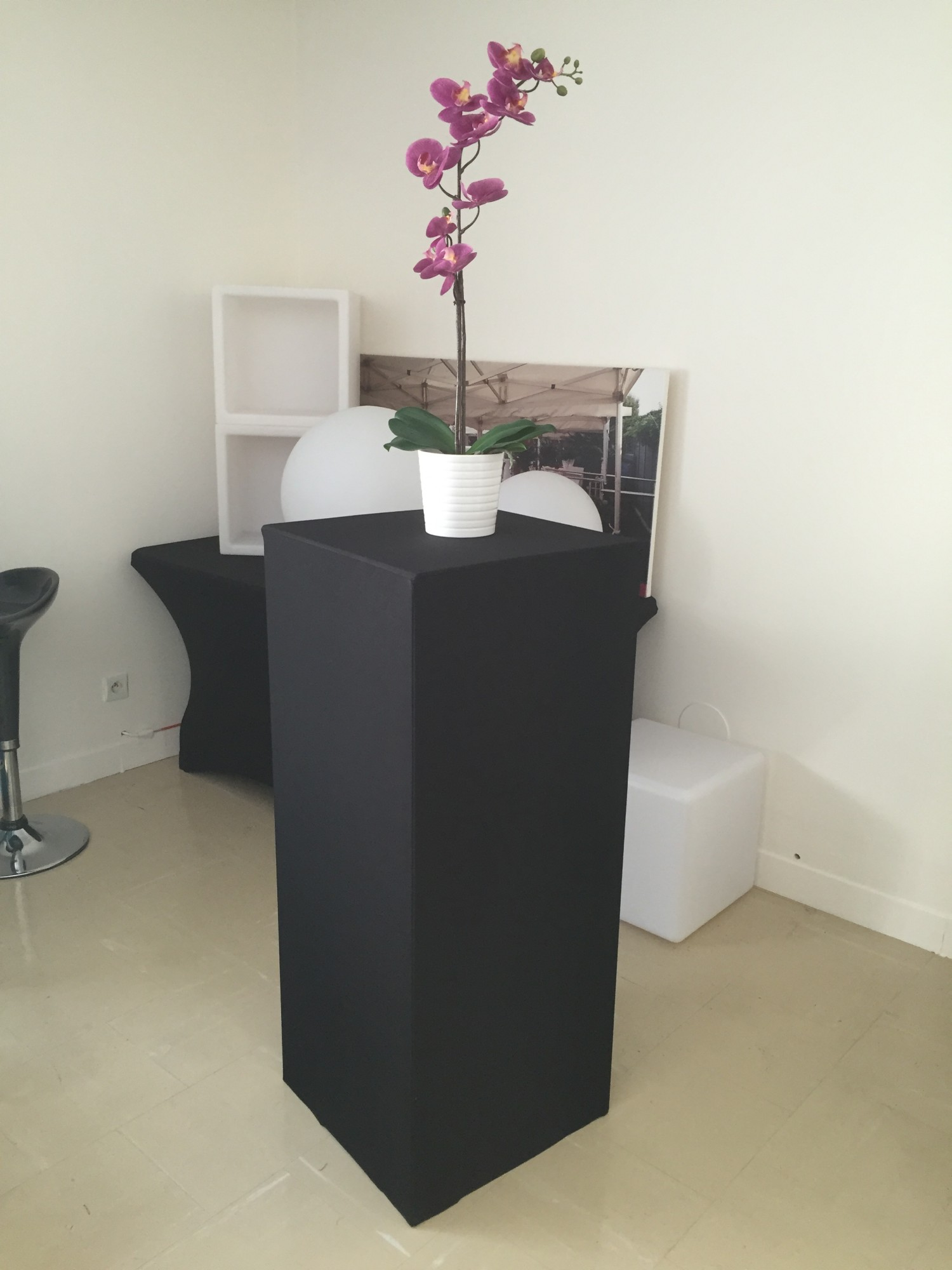 location de st le houss e noire location mobilier de r ception paris locaprod ev nement. Black Bedroom Furniture Sets. Home Design Ideas