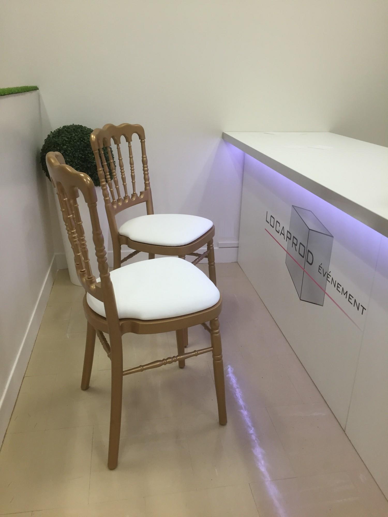 location de chaise napol on dor e assise blanche location mobilier de r ception paris. Black Bedroom Furniture Sets. Home Design Ideas