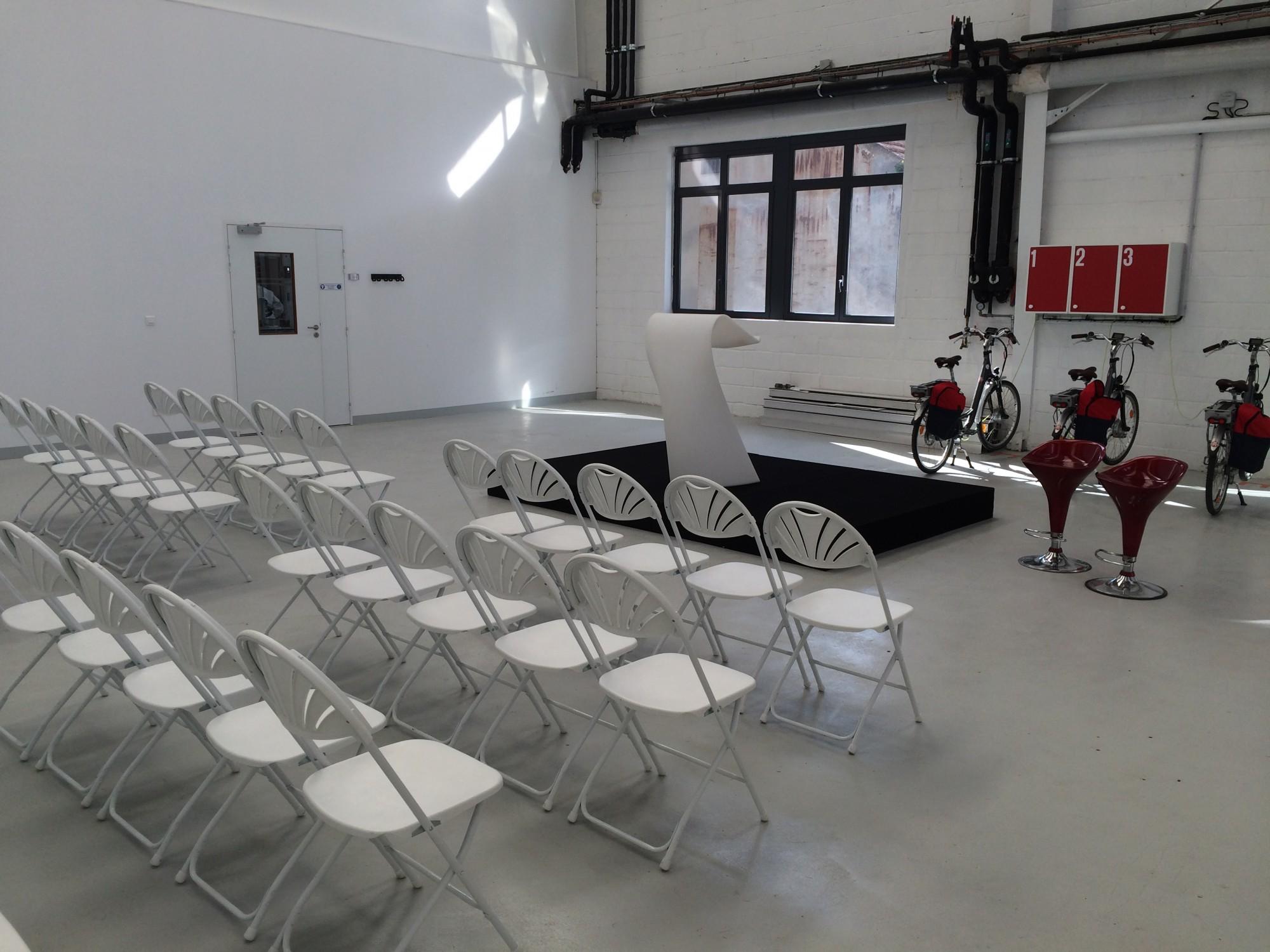 mise en place de chaises d 39 estrades et d 39 un pupitre lumineux pour une conf rence en r gion. Black Bedroom Furniture Sets. Home Design Ideas