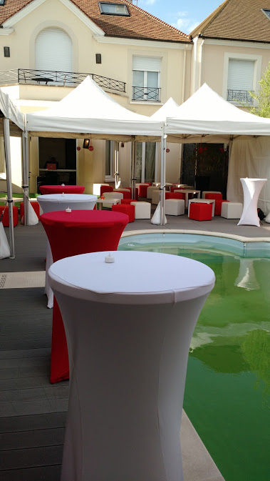 mise en place de tentes pliantes de r ception et de mobiliers lounge blanc et rouge location. Black Bedroom Furniture Sets. Home Design Ideas