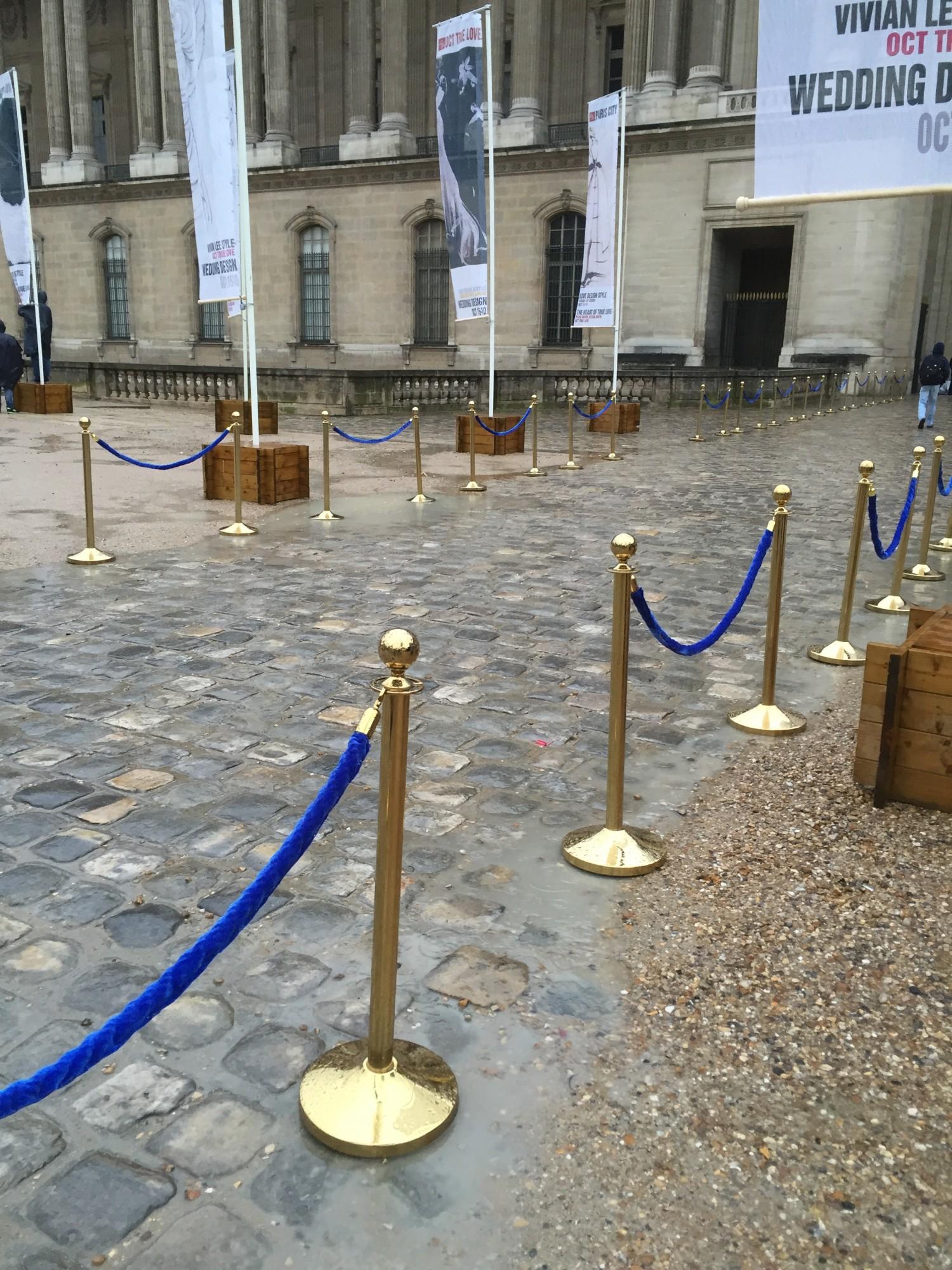 Location et mise en place de poteaux dor s corde bleue pour un tournage de film au mus e du - Location maison pour film tournage ...