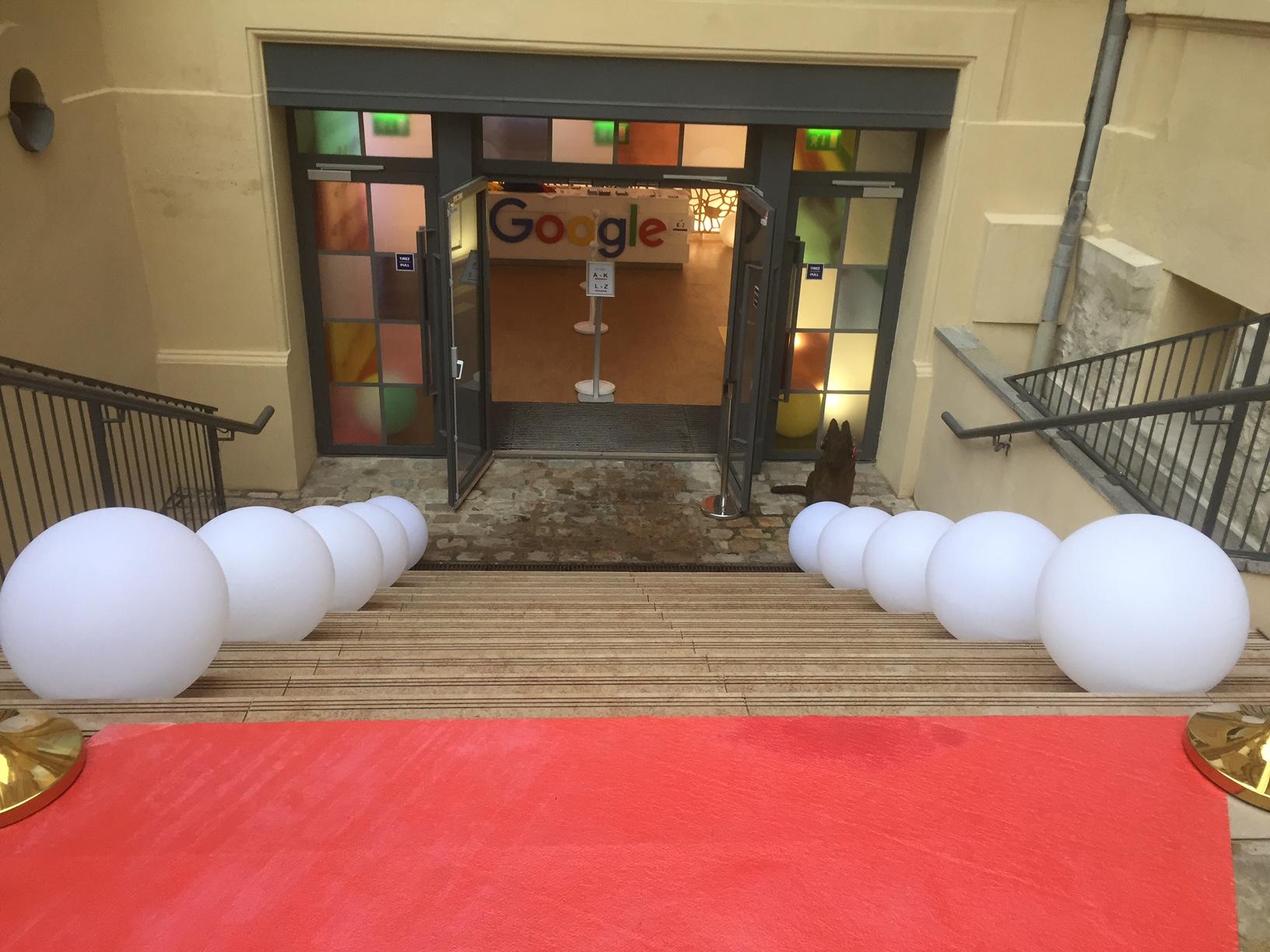 Installation D 39 Un Tapis Rouge Avec Potelets Dor S Et Boules Lumineuses Dans Les Locaux De Google