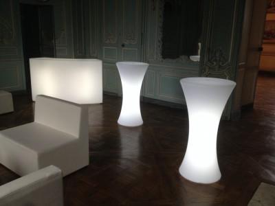Location de table haute lumineuse pour soirée cocktail à Paris