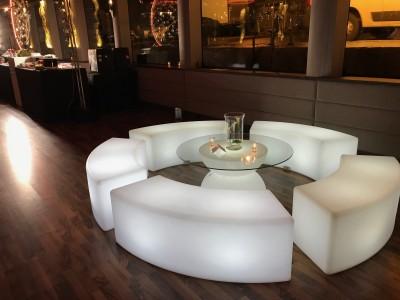 louer du mobilier lumineux pour créer espace Lounge lors d'une soirée à Paris