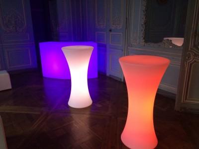 ou louer des tables hautes lumineuses rondes en île de France?