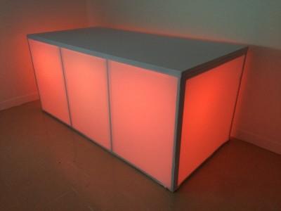 Location de buffet box lumineux location mobilier de for Cirer ou vernir un meuble