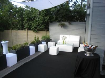 mise en place d 39 assises circulaires avec table basse design en ile de france location mobilier. Black Bedroom Furniture Sets. Home Design Ideas